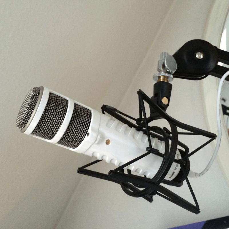 Podcaster mit Spinne und Gelenkarm