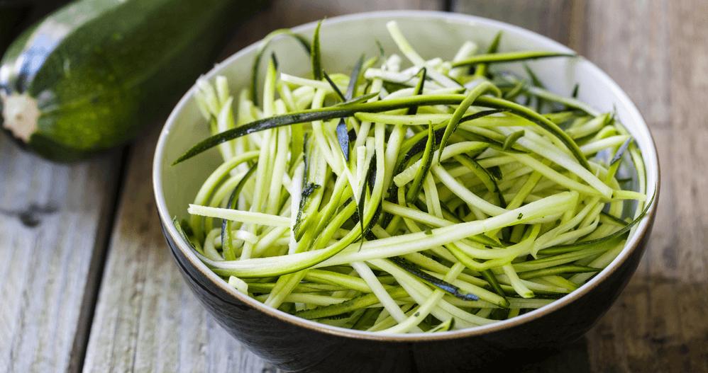 Zucchini Spaghetti mit Knoblauch-Sonnenblumenkerncreme