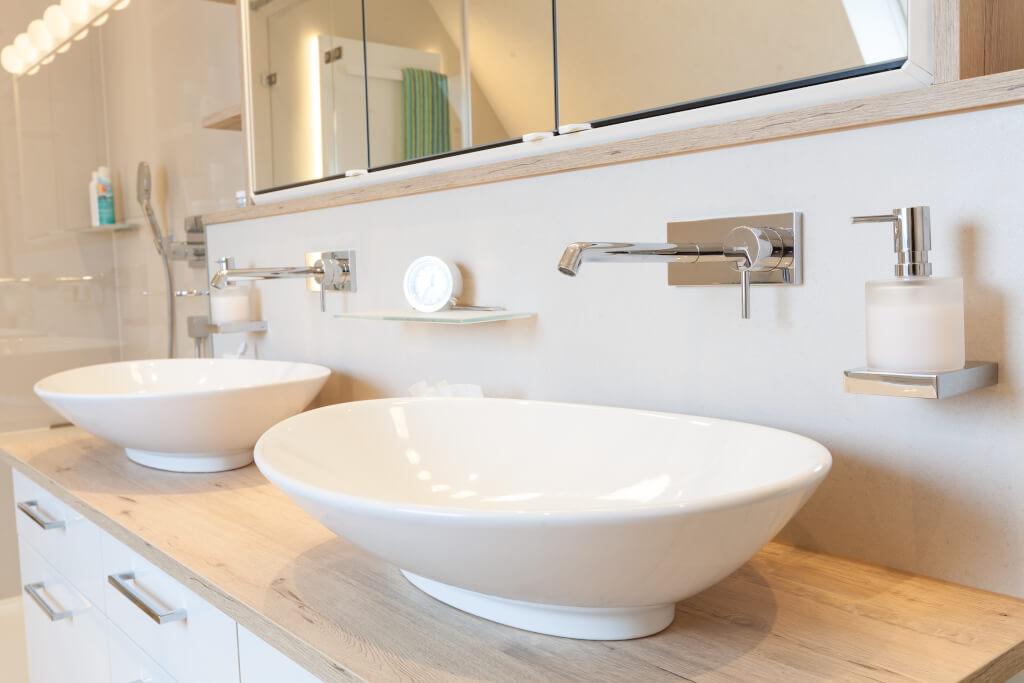 Ein neues Bad mit Dachschräge handwerklich perfekt umgesetzt ...