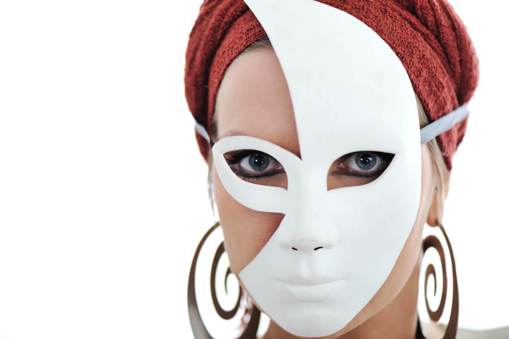Positiv verändern woman with scarf and mask BKf7vvANs