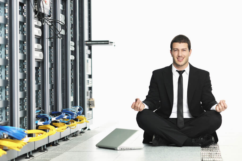Achtsamkeit Meditation business man practice yoga at network server room