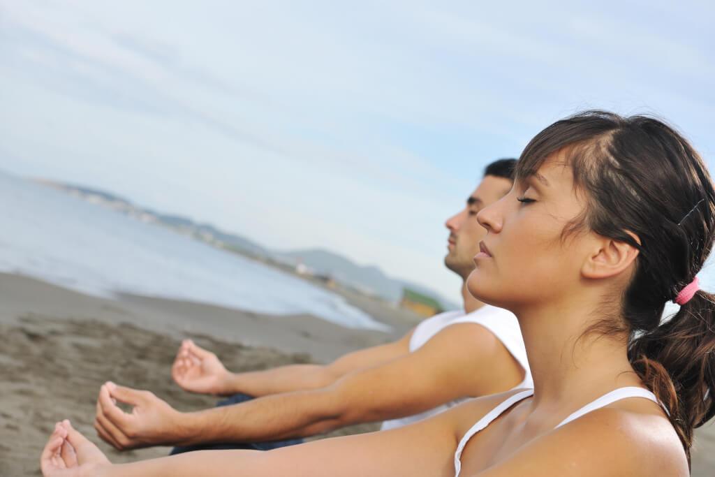 Achtsamkeit Meditation couple yoga beach
