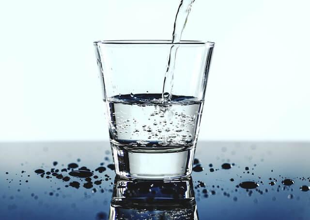 Wasser trinken, um Vorteile zu genießen.