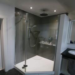Duschsanierung mit fugenlosen XXL-Fliesen
