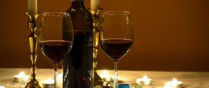 Rotwein im Glas mit Weinflasche