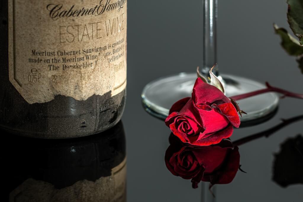Rotwein mit Rose