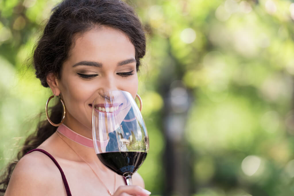 Frau degustiert Rotwein