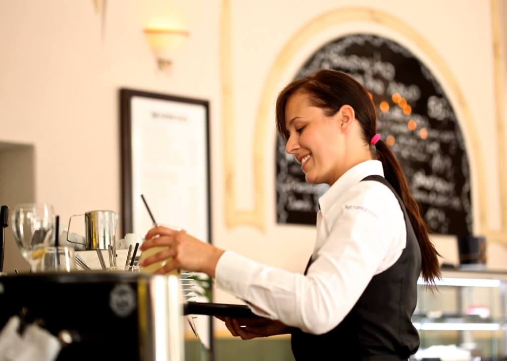 Frau im Wein Service