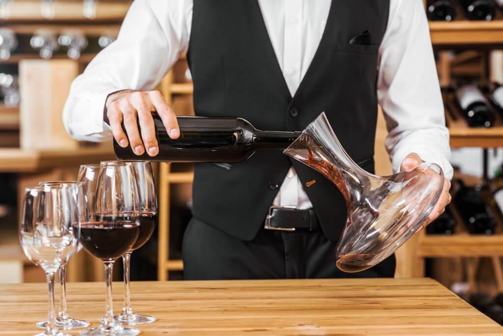 Weinprobe in geselliger Runde Keller