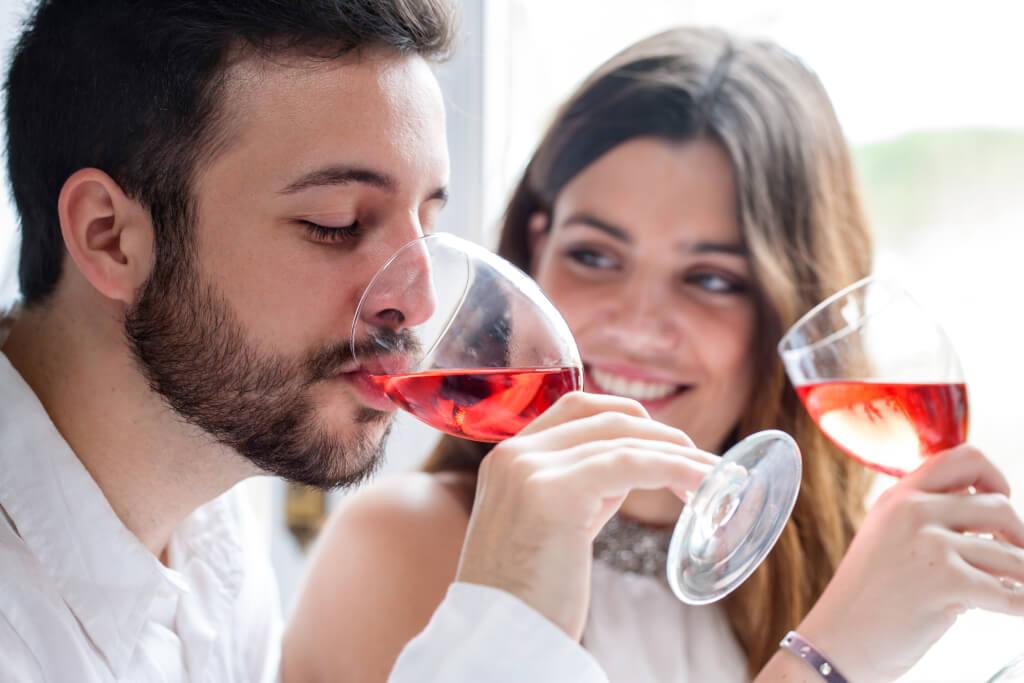 Weinprobe in geselliger Runde Paar