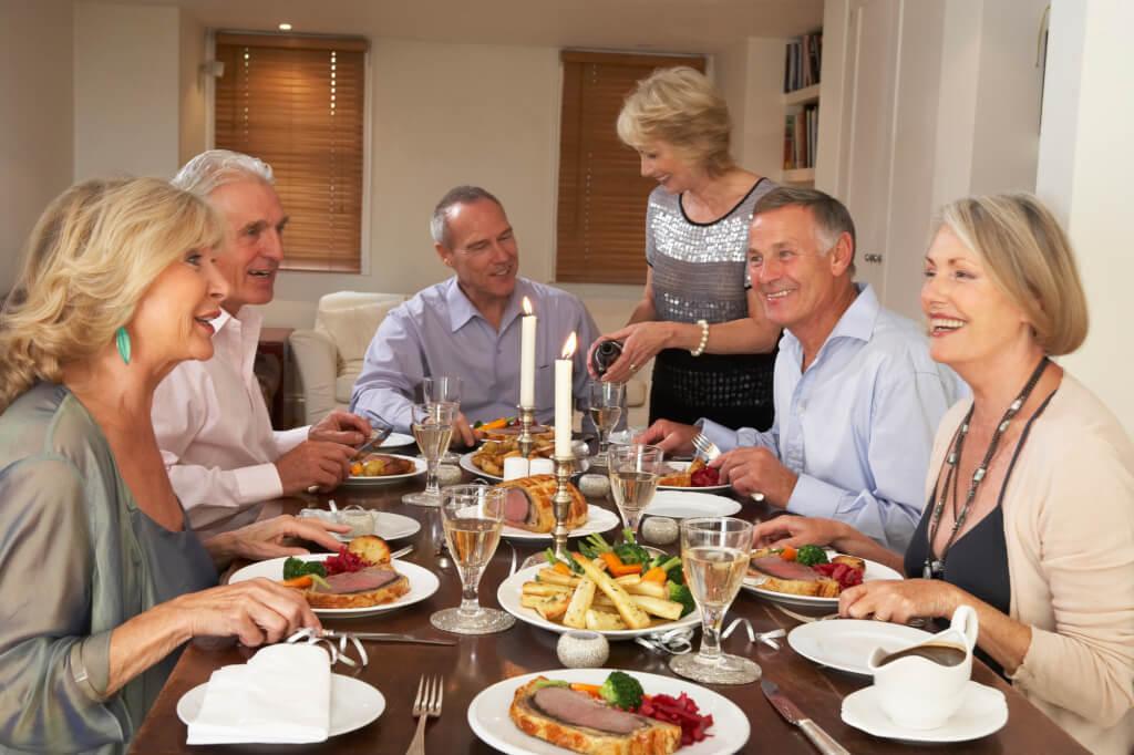 Weinprobe in geselliger Runde Senioren