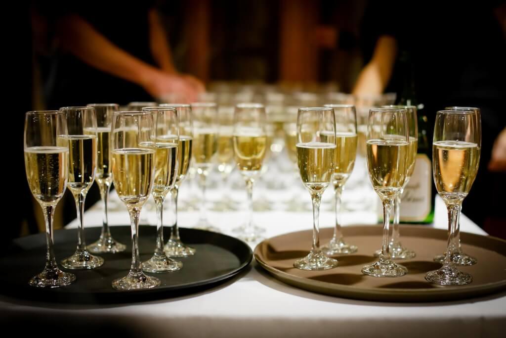 Weinprobe in geselliger Runde drinks