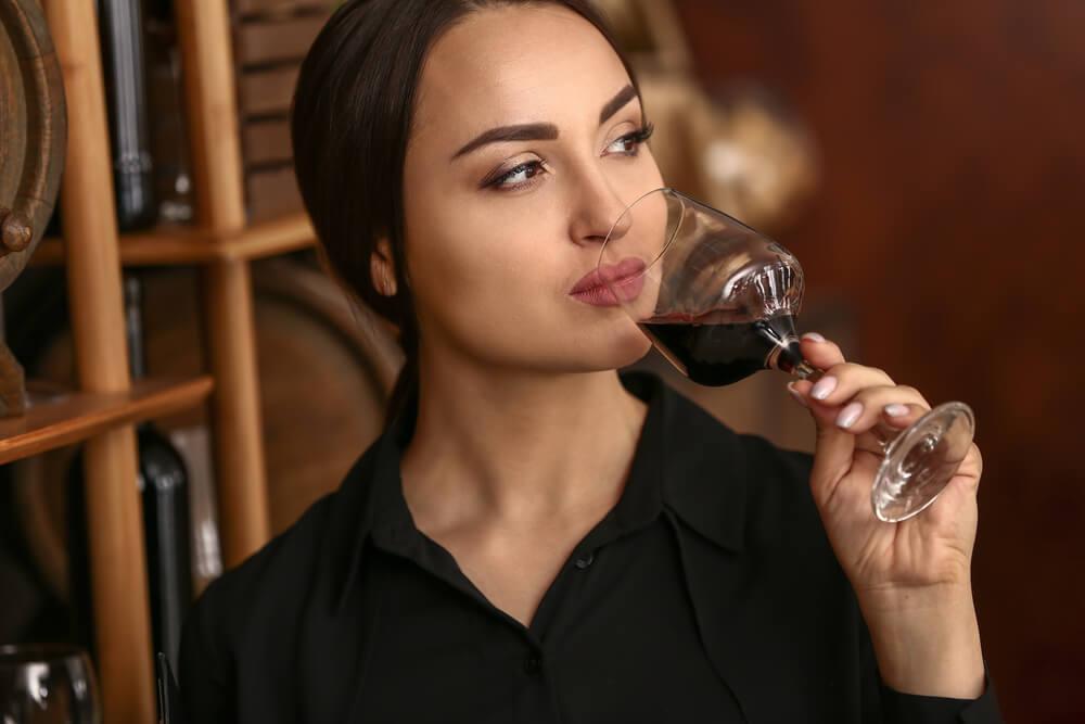 Gespuer fuer Wein Frau degustiert