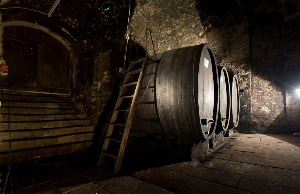 Weinkeller mit alten Holzfaesser