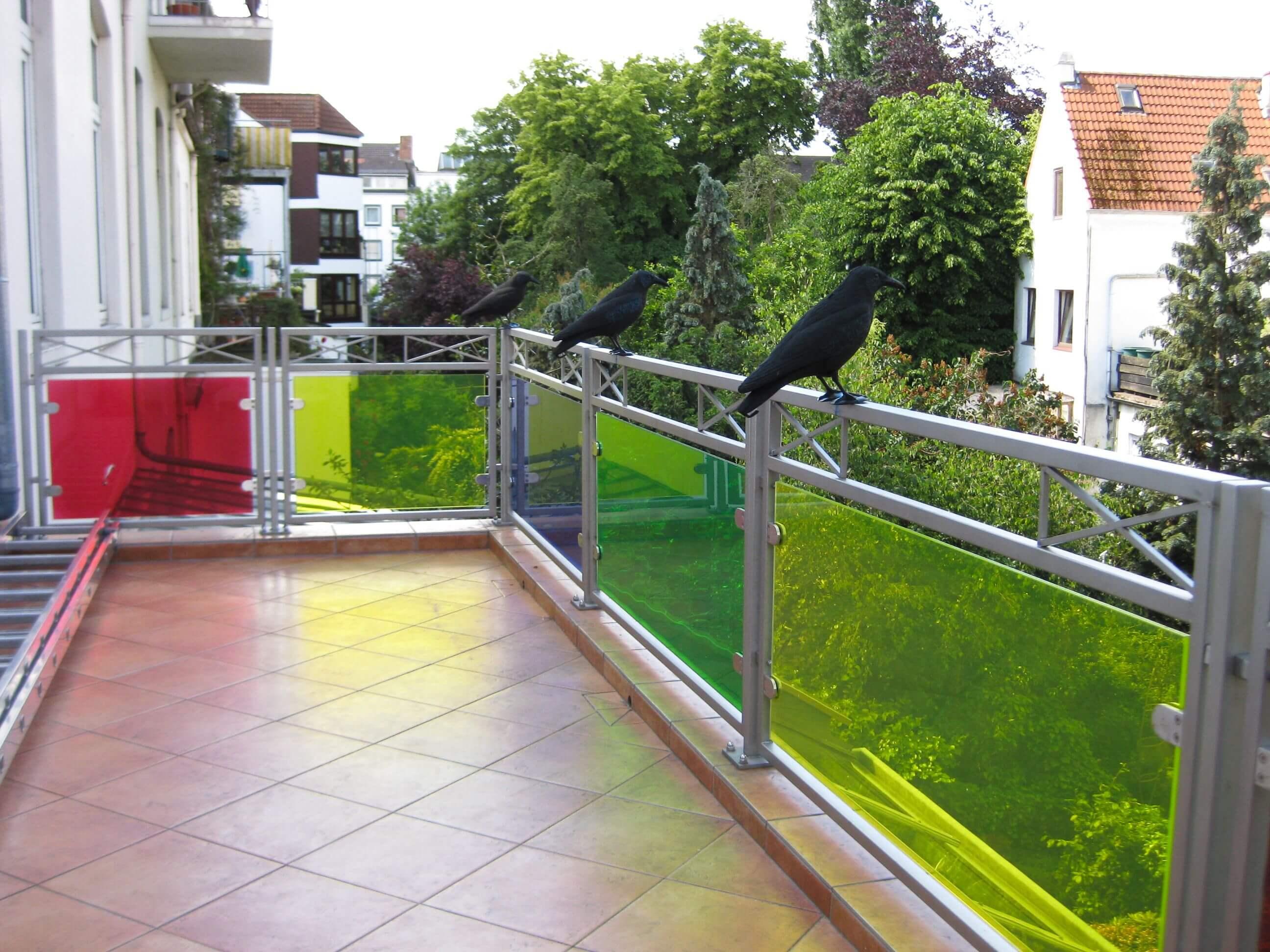 Farbiges Balkongeländer mit Glas