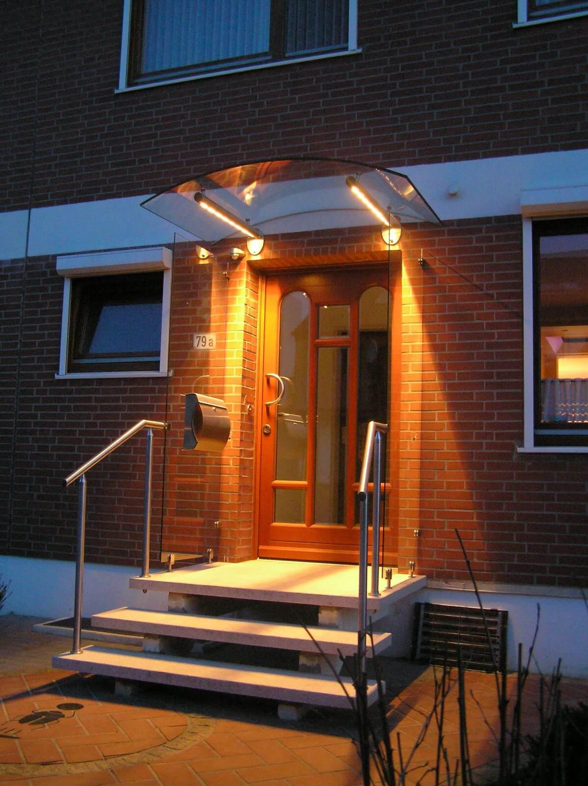Beleuchtetes Vordach aus Edelstahl mit Glas