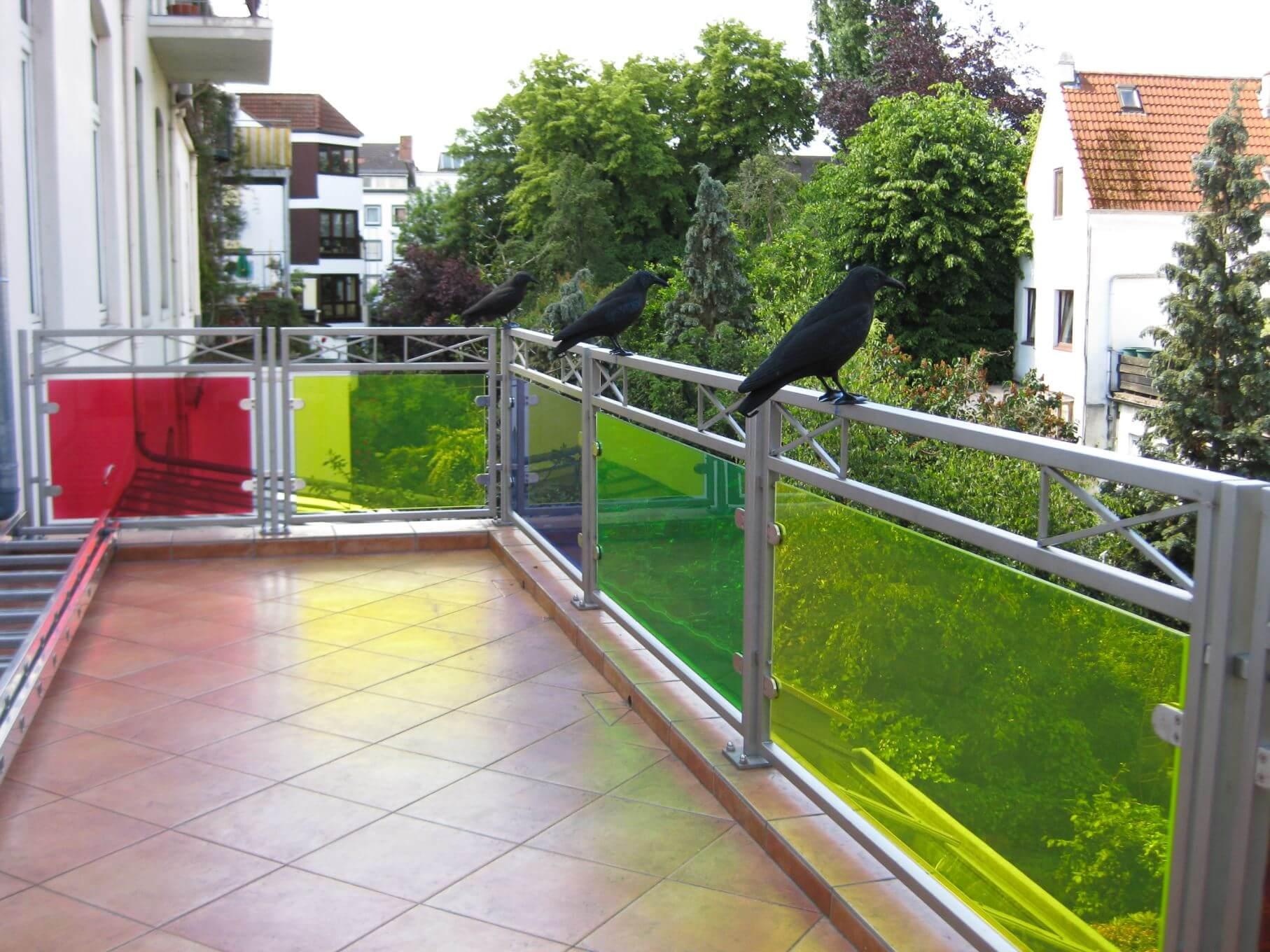 Balkongeländer aus Edelstahl mit eingefärbtem Glas