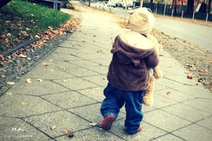 Kind laufen lernen   Sinnbild fuer Erfolg kommt vom wiederholten Tun 300 x 200