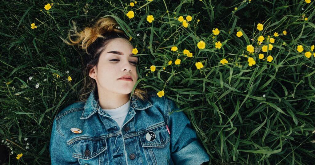 Denkst du zu viel nach? Diese 5 Tipps können dir dabei helfen, deine Gedanken zu beruhigen!