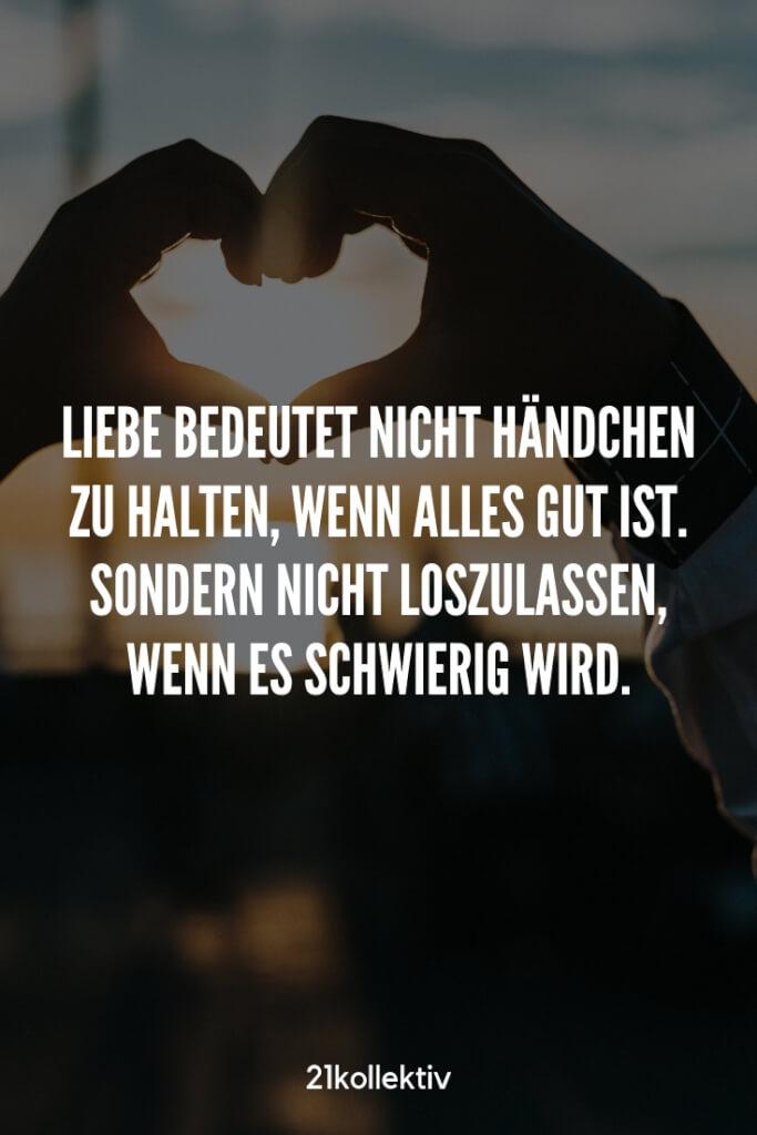 Liebe bedeutet nicht Händchen zu halten, wenn alles gut ist. Sondern nicht loszulassen, wenn es schwierig wird. | Entdecke schöne Sprüche, tolle Zitate und inspirierende Weisheiten auf unserem Blog | 21kollektiv