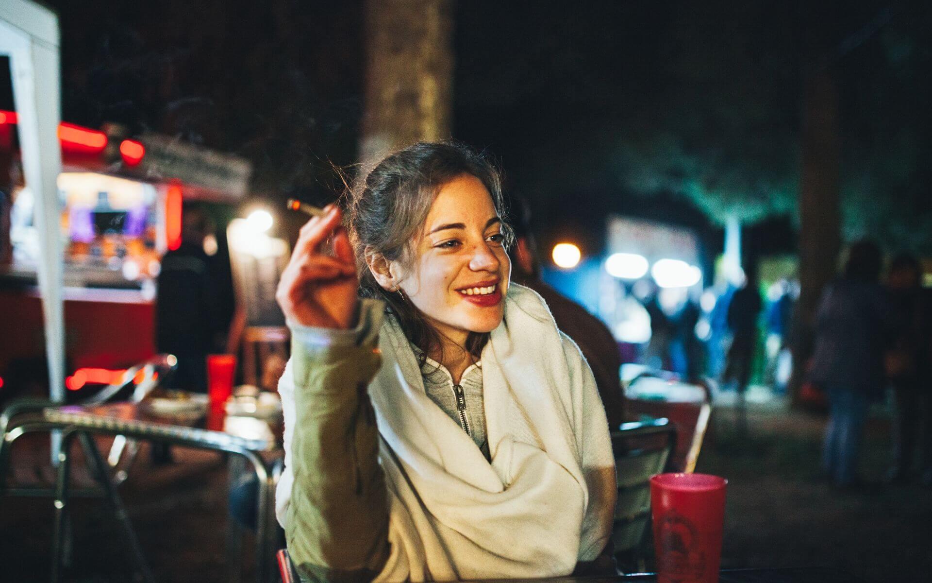 blogimage frau rauchen nacht