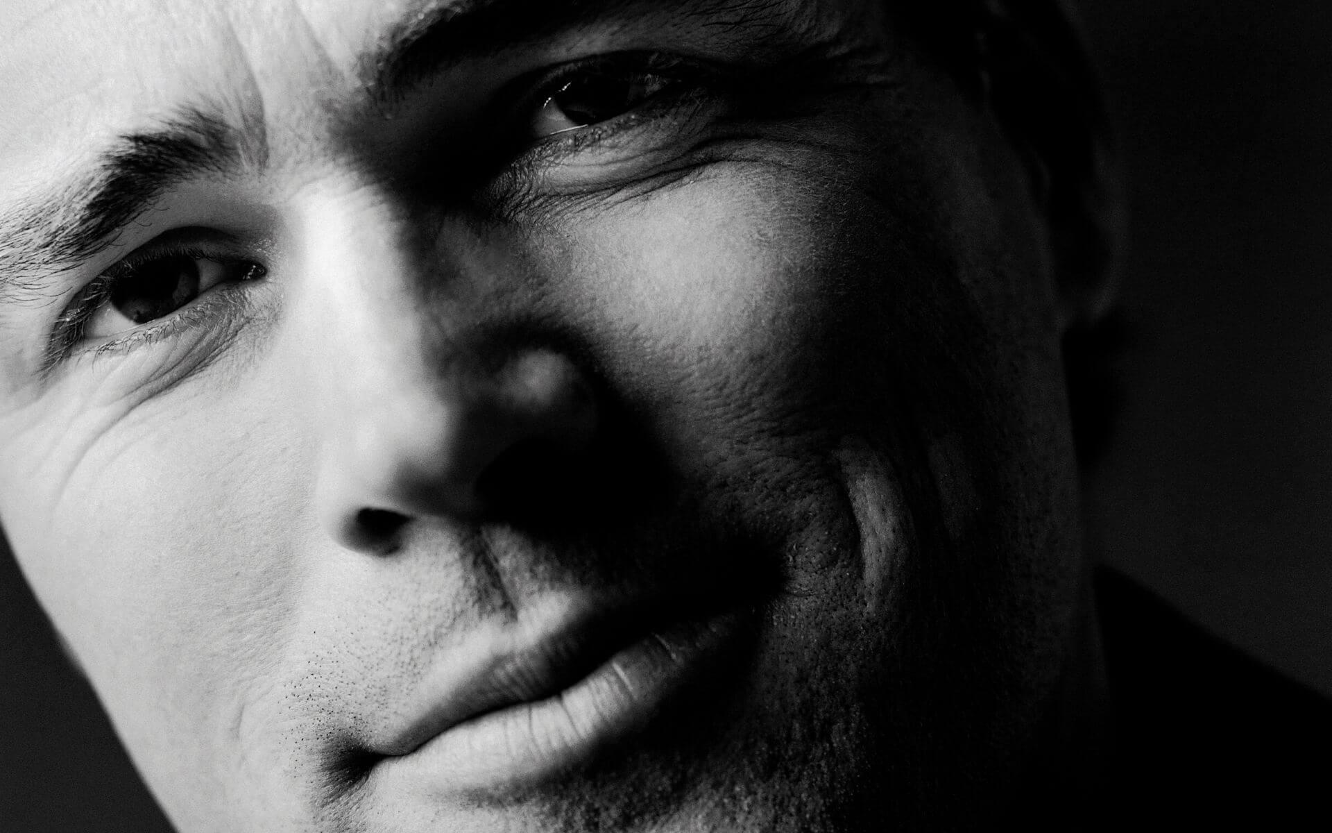 Körpersprache von Männern: An diesen 12 Gesten erkennst du, dass er auf dich steht