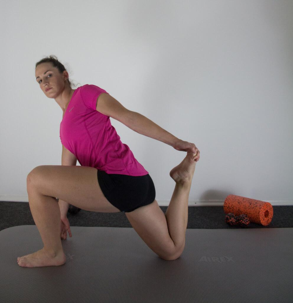 Im Faszien Training werden Übungen aus dem Yoga und dem Pilates genutzt, um die Beweglichkeit und Belastbarkeit der Faszien zu steigern.