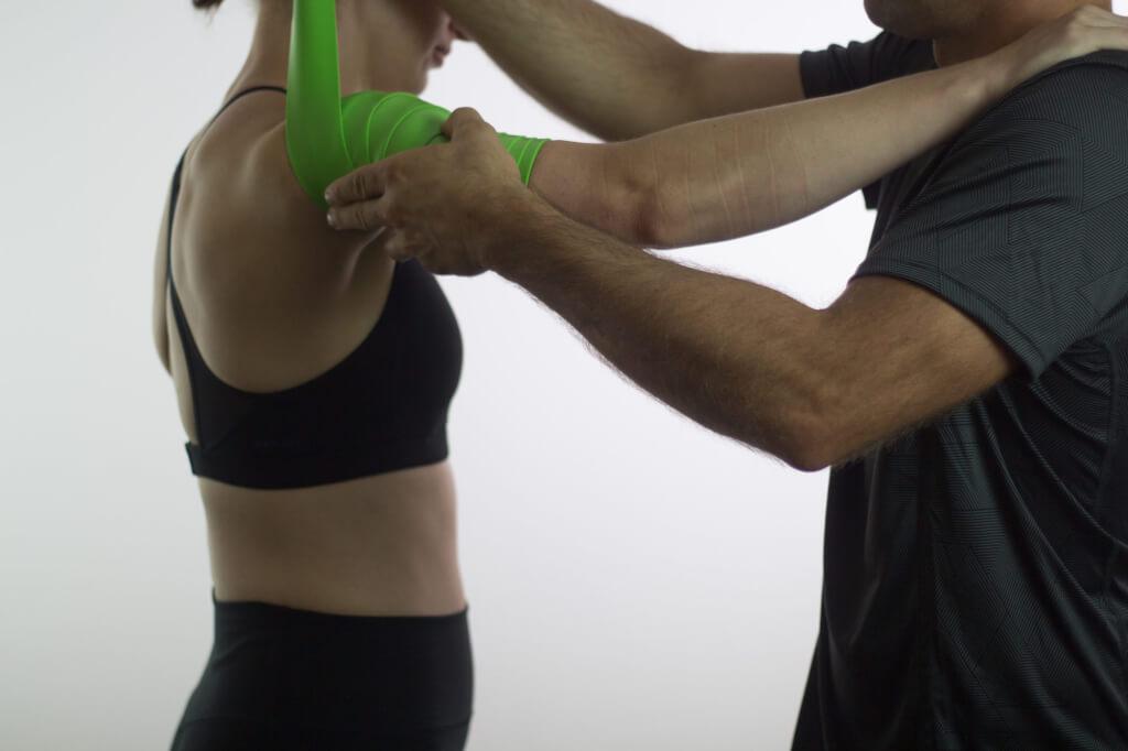 Auch Schulterbeschwerden lassen sich mit dem Flossing Band behandeln.