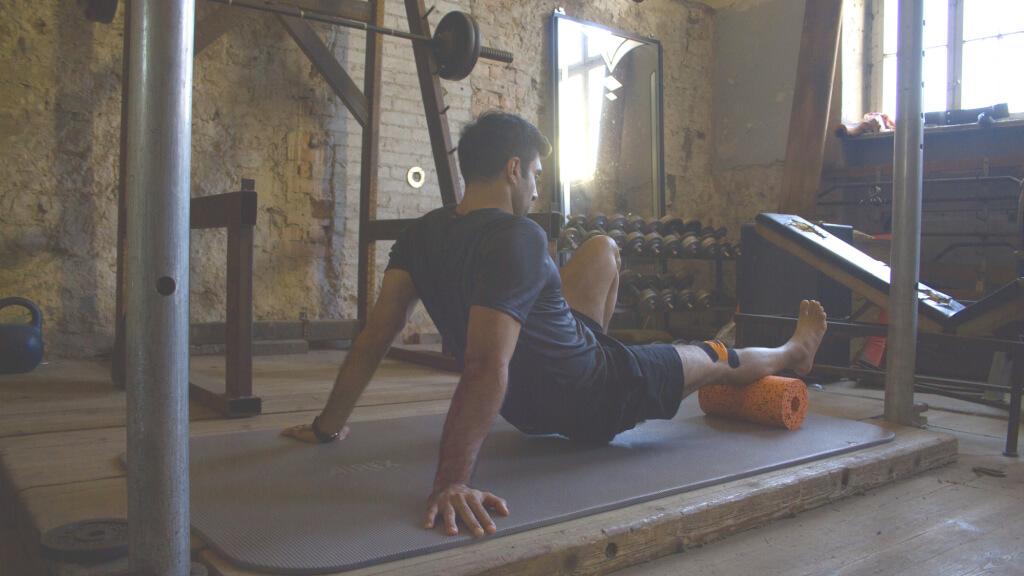 Übungen mit der Faszien Rolle können auf kleinstem Raum ausgeführt werden.