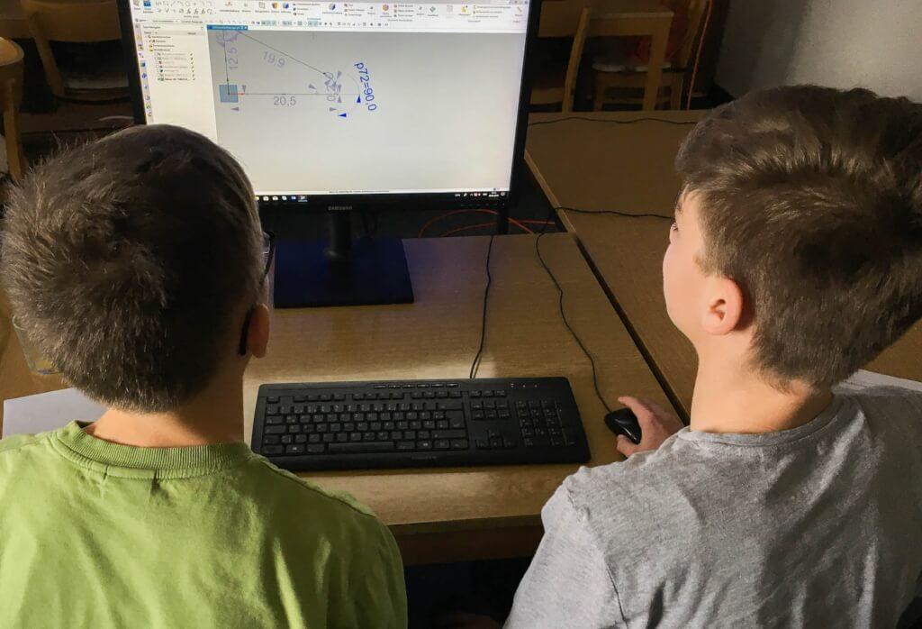 Zwei Schüler beim Zukunftstag