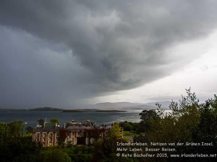 Über dem Bantry House ziehen dunkle Wolken auf. Ein Gewitter kündigt sich an.