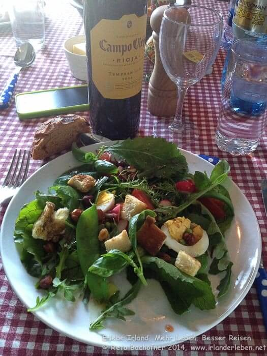 Den Salat meines Lebens wird uns in unserem Sommer-Cottage in Dunworley serviert. Alle Salate und Kräuter stammen vom eigenen Garten, die Eier von glücklichen Freilandhühner aus der Nachbarschaft. Auch die Schweine hatten es gut. Von diesen stammt der saftige Speck.