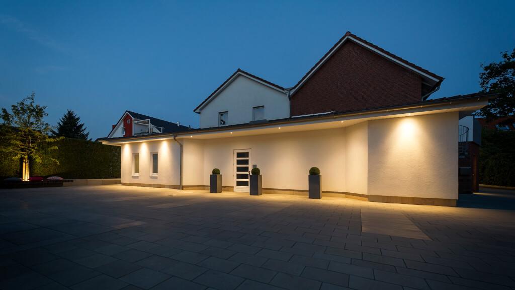 Außenaufnahme von unserem Bestattungshaus im Dunkeln