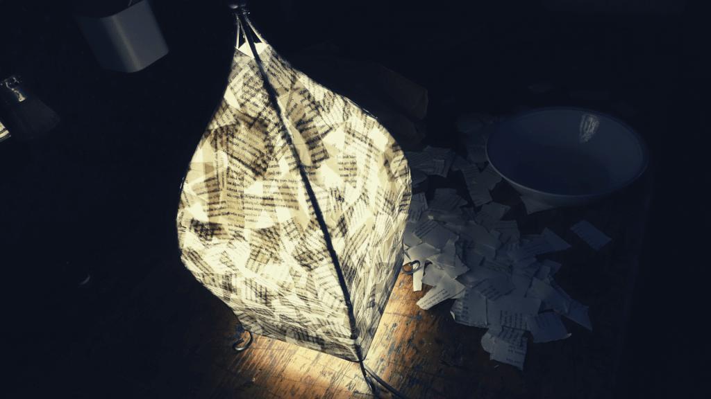 Anleitung: Lampenschirm basteln aus Papier aus alten Büchern