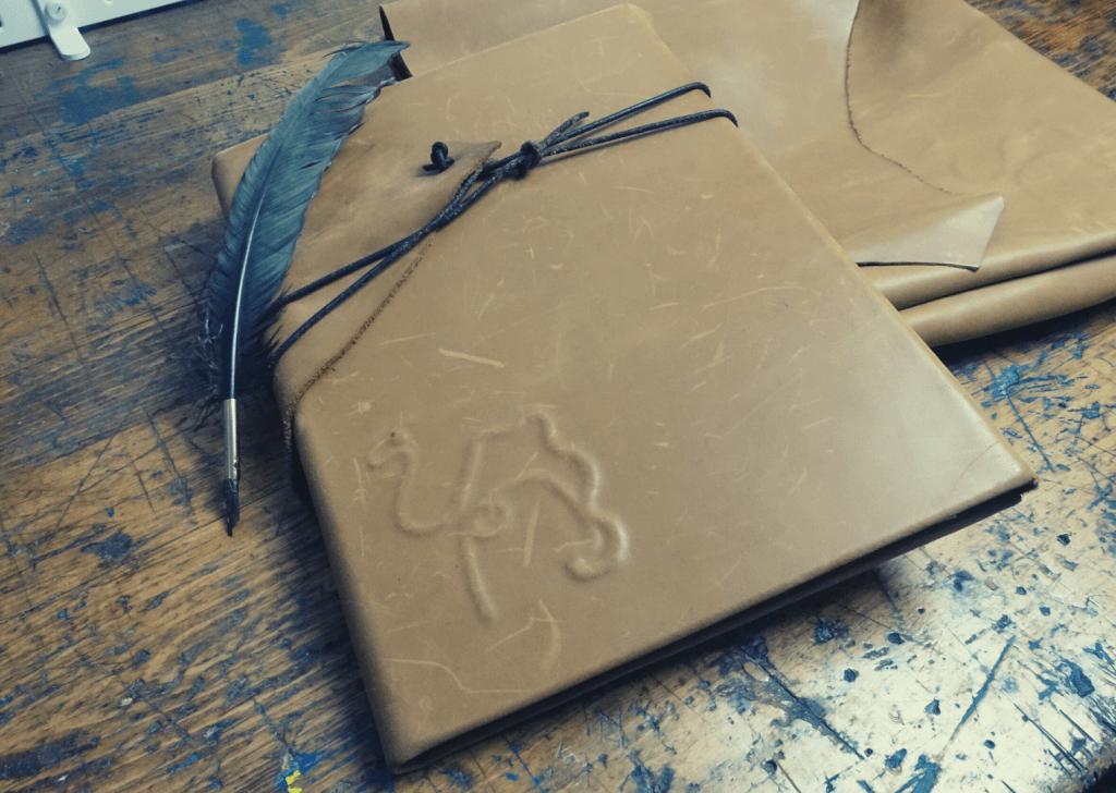 Buchbinde-Projekt: Ledermappe mit Kamel