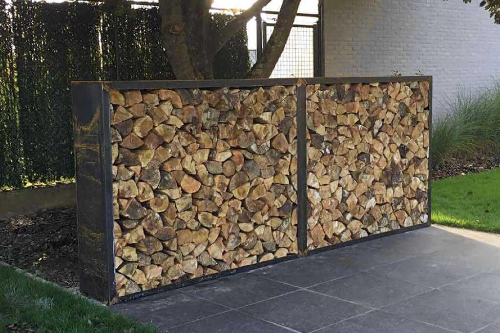 Brennholz lagern im Holzlager aus Cortenstahl