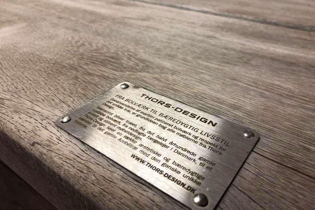Tisch aus Holz mit Thors-Design Label
