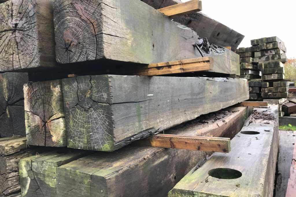 ausgebautes Holz aus Hafenanlage