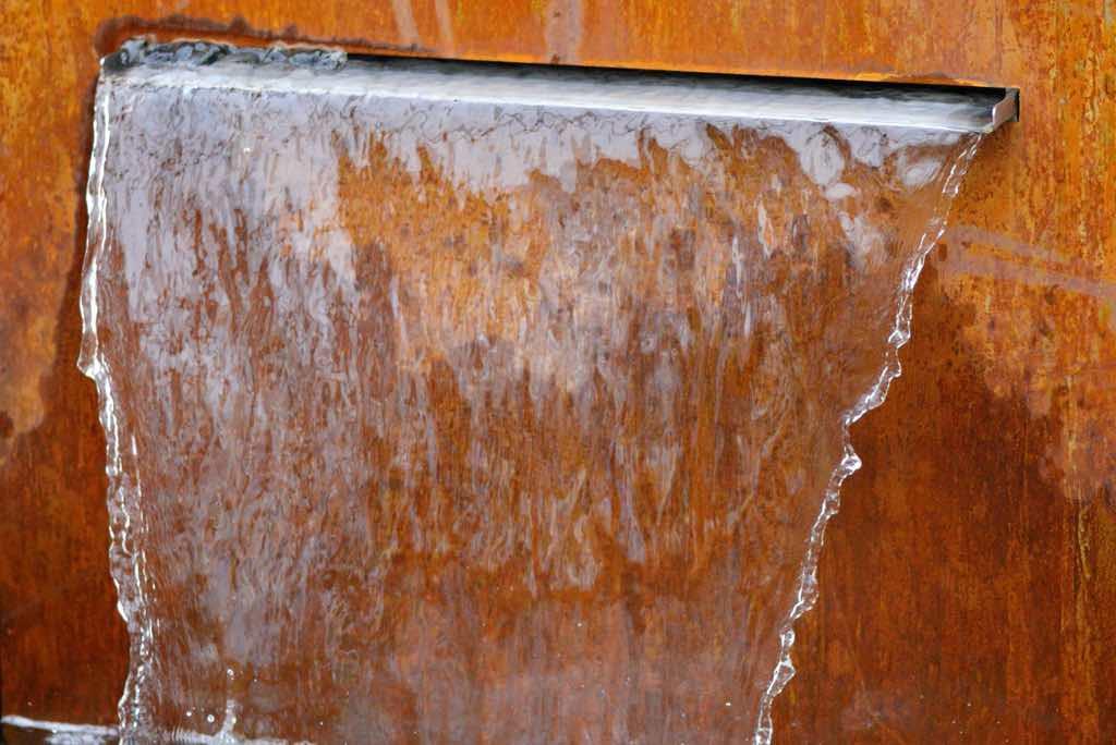 wasserschuette in cortenstahl brunnen