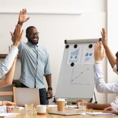 Employee Engagement: Was, Warum & Wie Sie es optimieren (Guide & Checkliste)