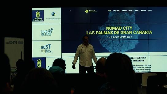 Mit-Organisator Nacho von CoworkingC hält einen Vortrag über Nomad City