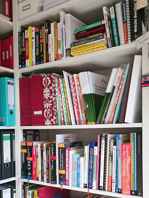 Zum Glück hab ich in meinem Büro jede Menge Recherchematerial. / Das Achtung Designer Buch
