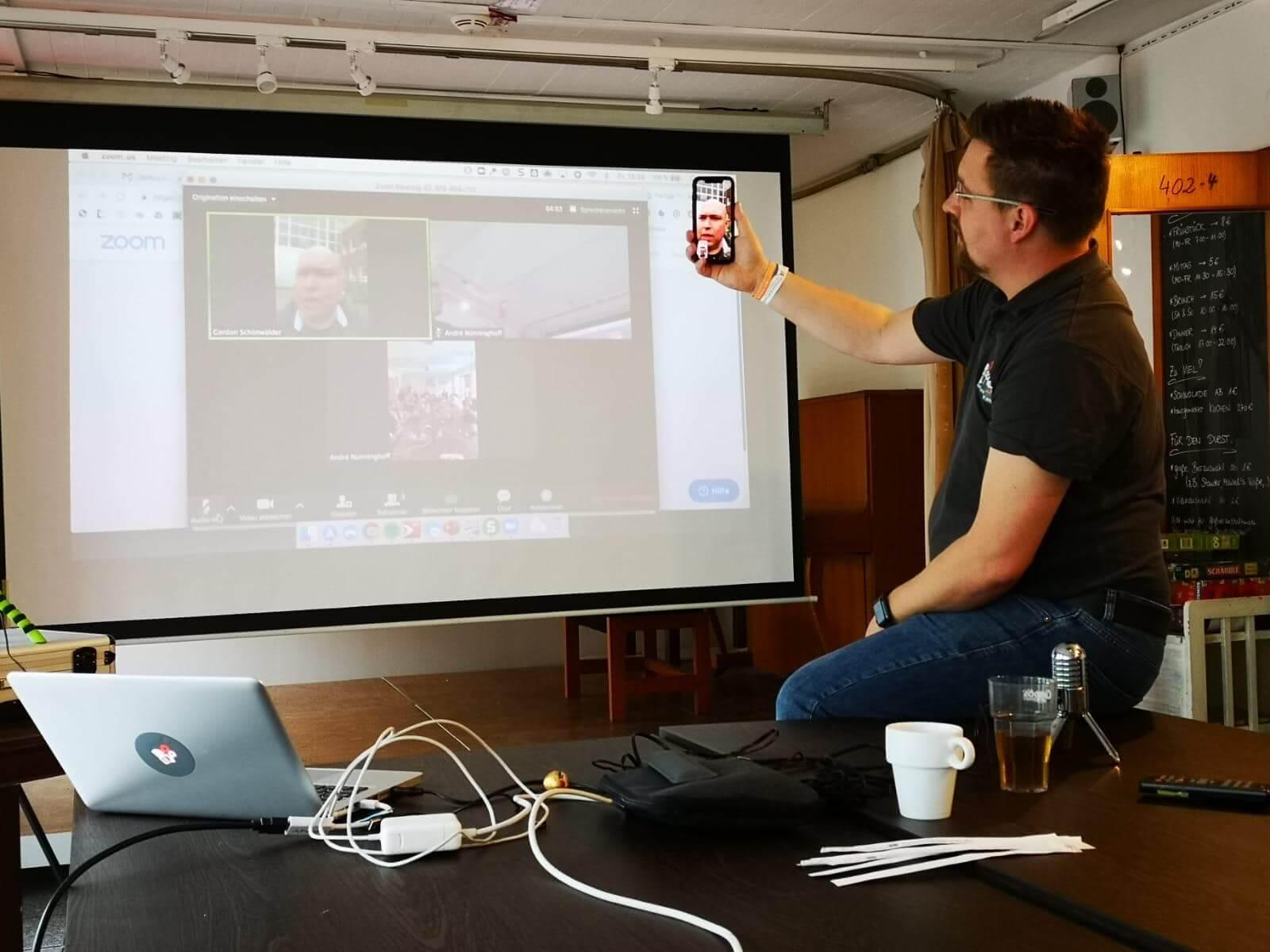André bei der Live-Videoübertragung mit Gordon Schönwälder auf der Podcast Helden Konferenz 2019 in Düsseldorf
