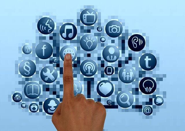 Finger zeigt auf Internetsymbole