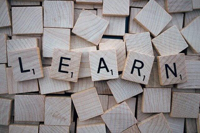 Scrabble Buchstaben bilden das Wort lernen