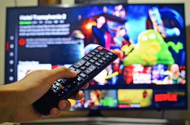 TV und Fernbedienung beim Netflix schauen