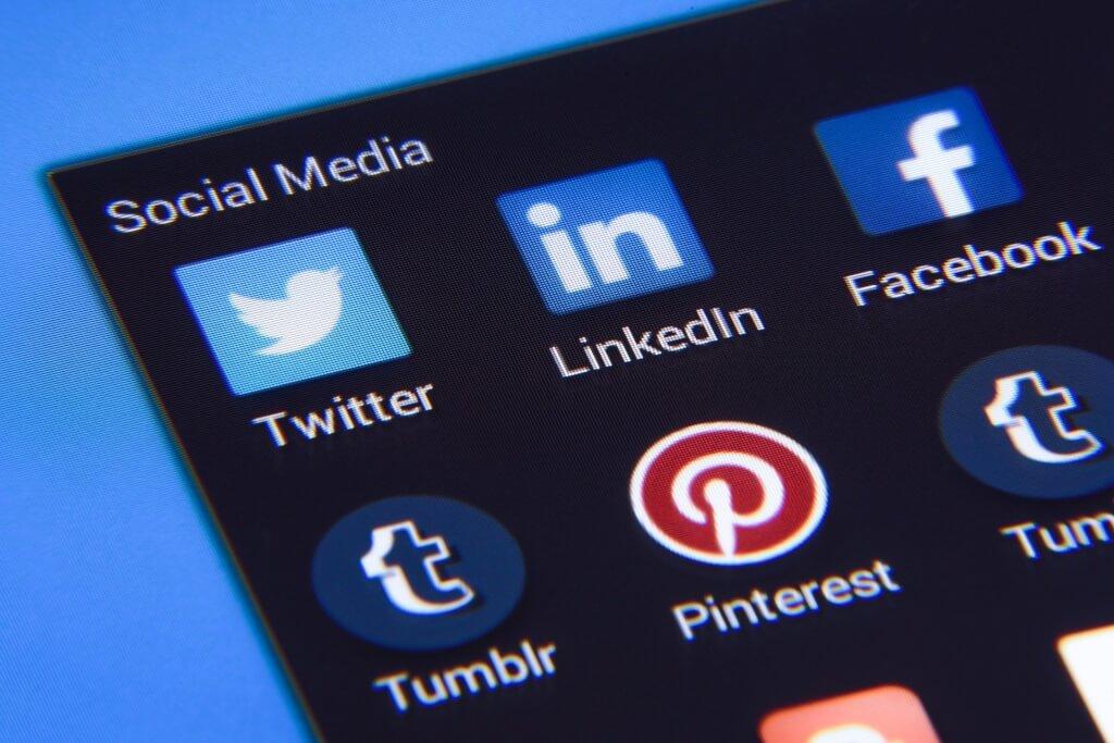 Handy Bildschirm mit verschiedenen Social Media Apps