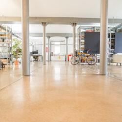 Ein Altbaugebäude hat sich die Werbeagentur Bytebetrieb wieder schön hergerichtet. Hier wurde ihr Büro aus der Froschperspektive fotografiert.