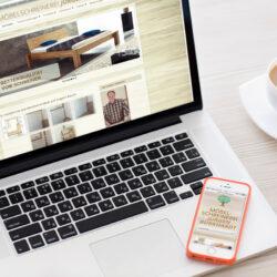 Hier wurde eine Webseite für einen Schreiber gestaltet. Man sieht die Internetseite auf einem Bildschirm eines Laptops und eines Smartphones-