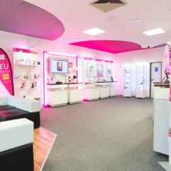 Das Telekom-Verkaufshaus in Schlüchtern wurde direkt von der Eingangstür fotografiert. Man sieht rechts die Verkaufstheke und auf der linken Seite Sessel zum warten.